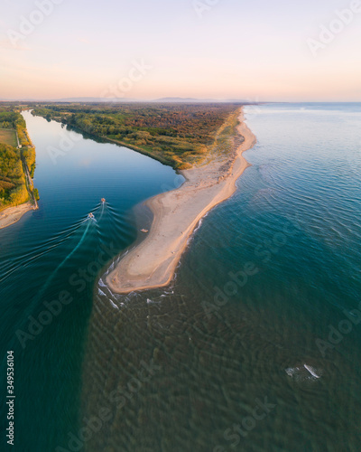 Carta da parati Fotografia aerea della foce del fiume Serchio, con la penisola dei gabbiani in p