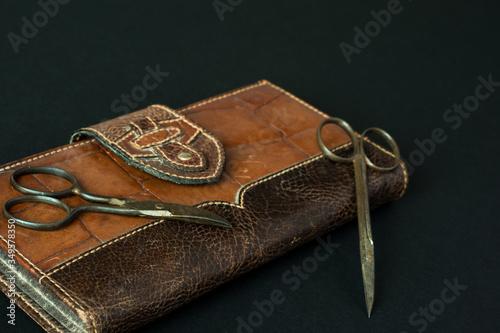 Photo Estuche de cuero antiguo con tijeras de manicura.