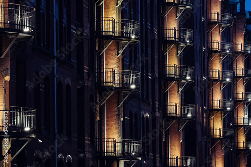 Photo Low Angle View Of Illuminated Building At Night