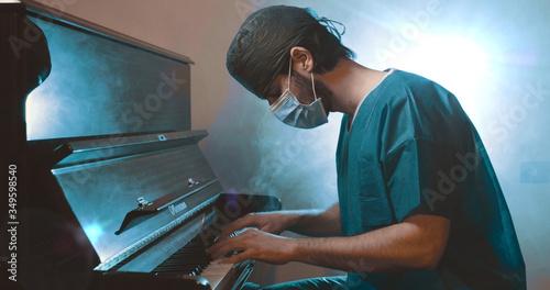 Obraz na plátne Il medico pianista suona al pianoforte con la mascherina