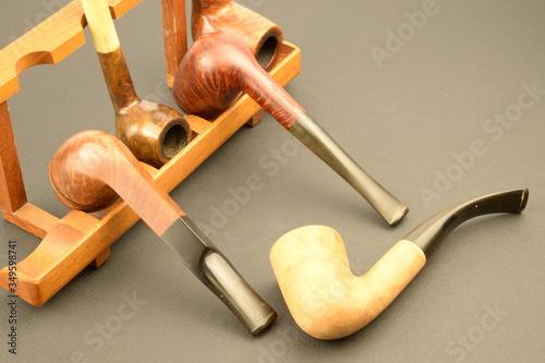 Fototapeta Stili di vita, belle pipe da collezionare:  vecchie pipe dritte e curve in radic