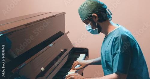 Obraz na plátně Medico o chirurgo in divisa suona il pianoforte per rilassarsi