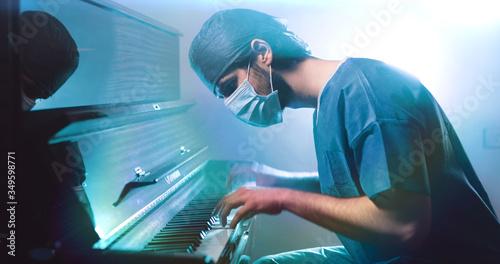 Il medico pianista suona al pianoforte con la mascherina Billede på lærred