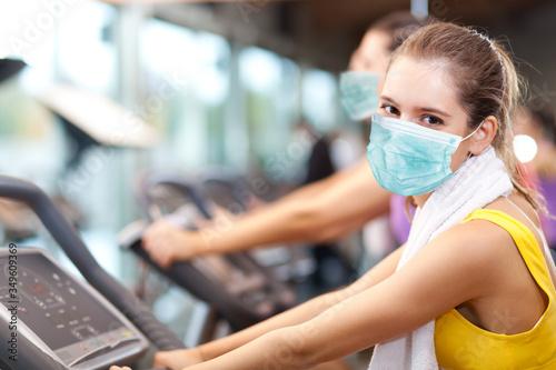 Obraz People doing fitness wearing a mask - coronavirus concept - fototapety do salonu