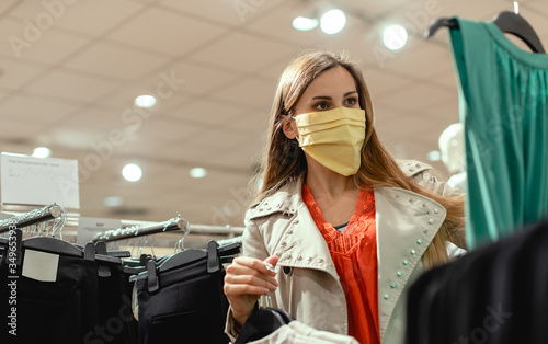Papel de parede Woman shopping in fashion store wearing face mask
