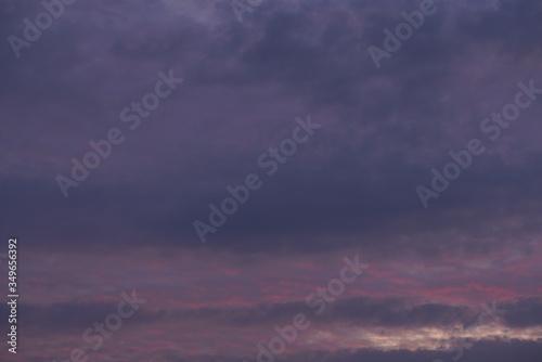 Violetter Himmel mit Wolken am Abend Canvas Print