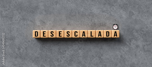 cubes with message DEESCALATION in Spanish on concrete background Canvas-taulu