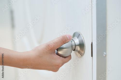Cuadros en Lienzo Close-up Of Hand Opening Door
