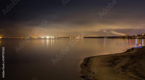 Obraz Gdański oświetlony brzeg widziany nocą z Sopockiego molo. - fototapety do salonu