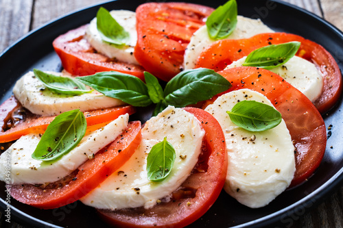 Valokuva Caprese salad on wooden board