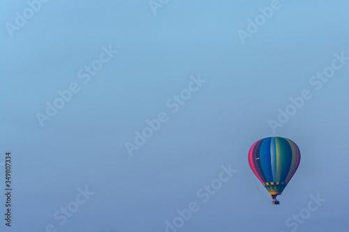 Photo Globo aerostático de colores volando con un cielo azul