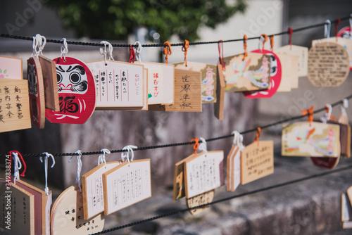 Cuadros en Lienzo Tablillas de madera con forma de Daruma a la entrada de un templo japonés