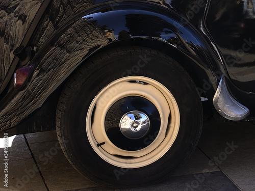 rueda vehiculo antiguo con llanta Canvas Print