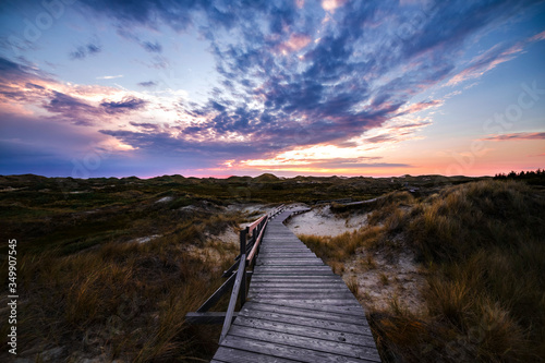 Fotografía Colorful sunset view of wooden touristic walkway in nature reserve