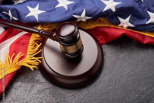 Photo Top view of gavel on background of American flag on black background
