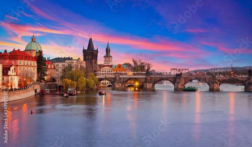 Photo View on Vltava river and Charles bridge in Prague at sunset