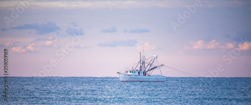 Fotografia Shrimp Boats at Sunrise