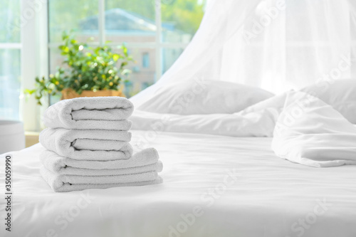 Fotomural Clean towels on bed at home