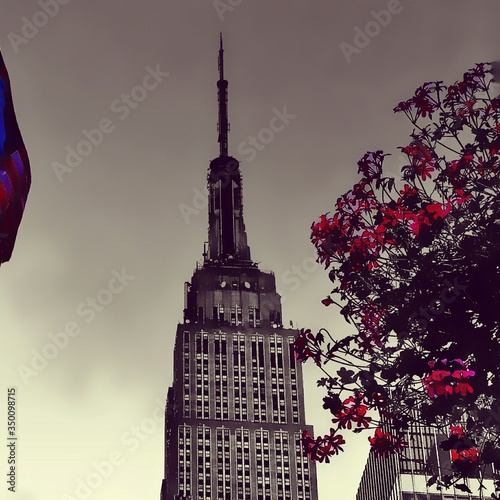 Cuadros en Lienzo Low Angle View Of Empire State Building Against Sky In City