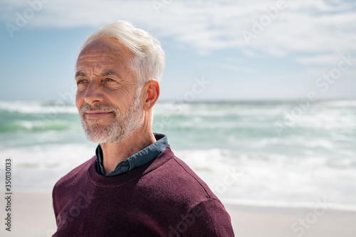 Photo Satisfied senior man thinking at beach