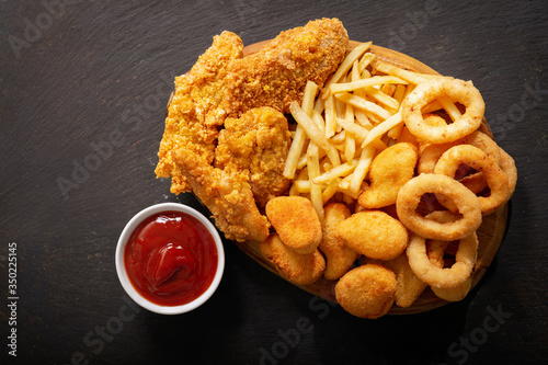 Fotografía fast food meals : onion rings, french fries, chicken nuggets and fried chicken,