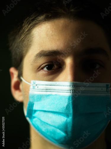 Fotografia Primo piano giovane con mascherina