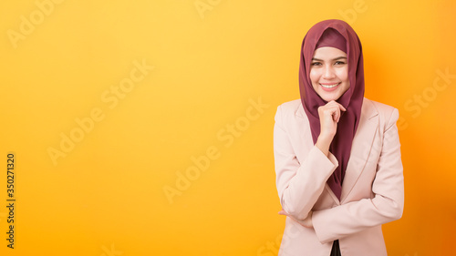 Fotomural Beautiful business woman with hijab portrait on yellow background