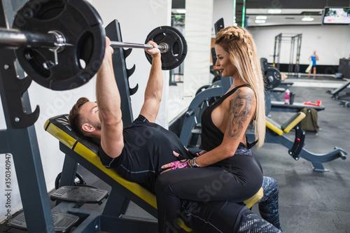 Photo pareja joven entrenando juntos en gimnasio