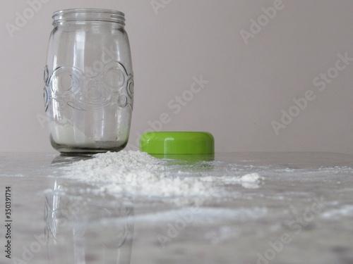 Photo Farinha e um pote de vidro sobre a mesa