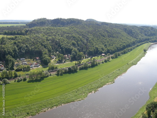 Photo Ariel View Of River And Cityscape Against Sky