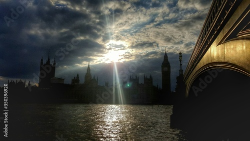 Fotografia Palace Of Westminster And Bridge With Thames River Against Sky