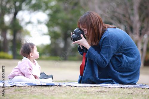 Fototapeta 赤ちゃんの写真を撮る母親 obraz