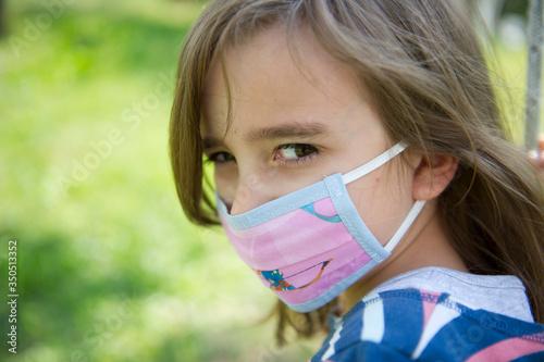 Fototapeta Ritratto bambina con mascherina al parco