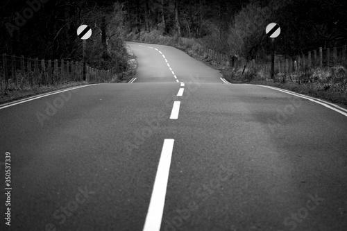 Fotografía open road in Enlgland and speed limit signs