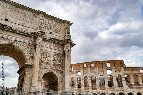 Photo arch of titus near ancient colosseum in rome