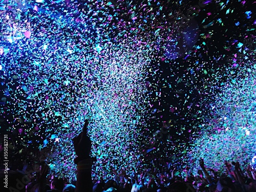 Fotografía Confetti Falling On Crowd At Concert