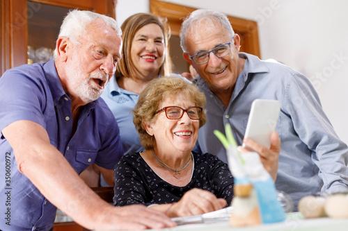 Gruppo famigliare di nonni  felici che fanno una videochiamata verso persone car Canvas Print