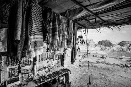 Stampa su Tela baracca con oggetti in vendita a Petra, Giordania