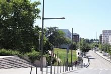 La Rue Rosa Parks Bordée D'immeubles Modernes D'habitation Dans Le Quartier De La Duchère à Lyon - Ville De Lyon - 9 ème Arrondissement - Département Du Rhône - France