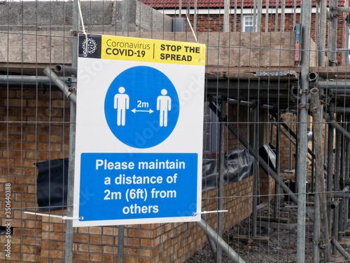 Covid 19 distance warning on a construction site Billede på lærred