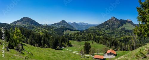 Obraz Panoramablick in die Alpen: Wanderung im Chiemgau - Blick auf Pasterkopf, Kranzhorn, Heuberg, Kitzstein und Wasserwand - fototapety do salonu