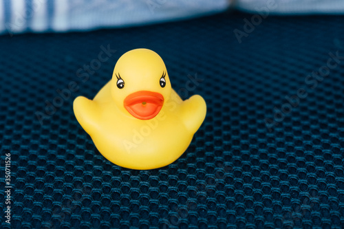 Petit canard en plastique jaune - Jouet de bébé pour le bain Canvas Print