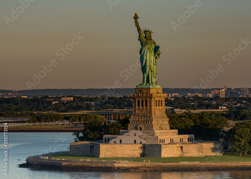 Cuadros en Lienzo Statue Of Liberty Against Sky During Sunset