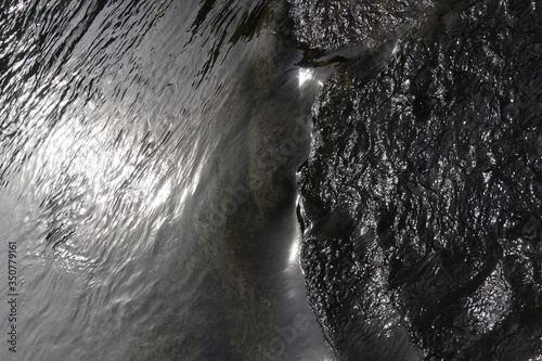 Foto High Angle View Of Wet Rocks By Lake