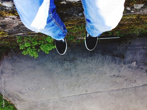 Foto Low-section Of Man Sitting On Sports Ramp
