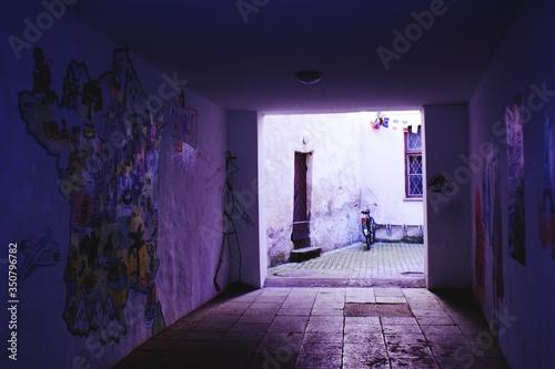 Foto Passageway Leading Towards Courtyard