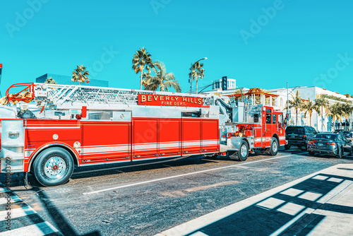 Tableau sur Toile Beverly Hills area and fire trucks, hurry to fire.