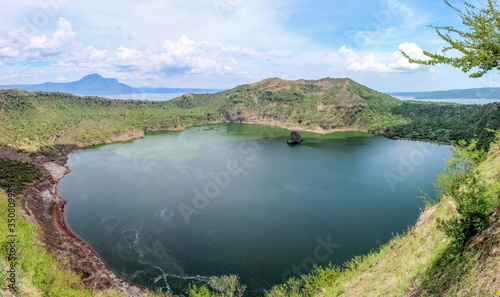 Photo Scenic View Of Crater Lake Against Sky