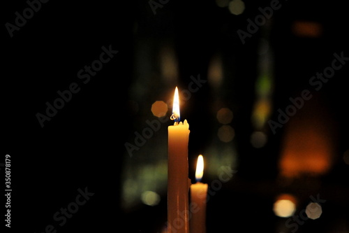 Fotografía Close-up Of Illuminated Candle In Darkroom