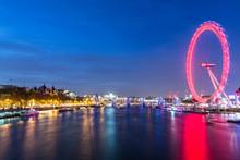 Tamigi Di Notte, Illuminato Dalla Ruota Panoramica E Dalle Luci Della Città